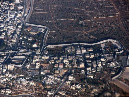 Veduta aerea del muro nei pressi di Betlemme